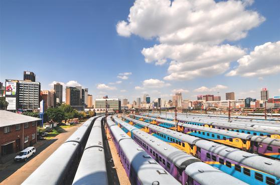Bangården Braamfontein där färggranna tågvagnar står parkerade
