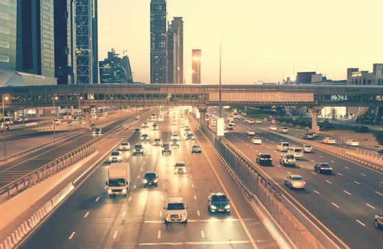 Skyskrapor och broar på motorvägen Sheikh Zayed Road. Dubai har en av världens värsta vägar i förhållande till antalet döda.