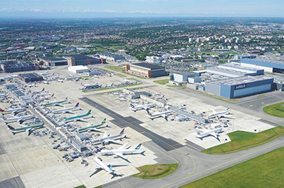 Vy över Airbus-fabriken som ligger intill Toulouse Blagnacs internationella flygplats