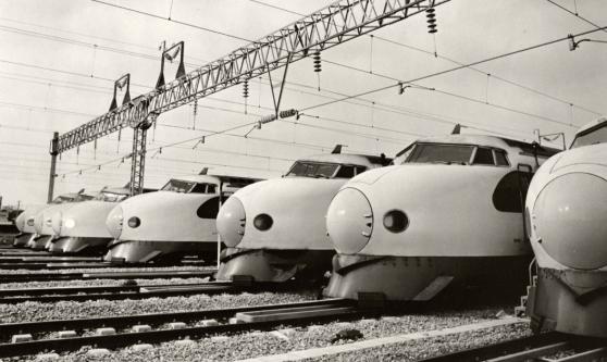 Shinkansen-tåg uppställda på banvallen i Fukuoka 1975