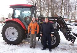 Bild på Assar Lööv och hans McCormick CX100, samt Steve, förare av traktorn