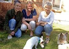 Projektledare Ingrid Grange, hundkonsult Line Steffensen och  matte Heidi Carlsson med Herr Westerman och Ralf Laurent
