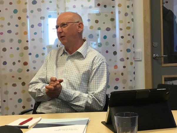 Tomas Steffensen håller föreläsning om hygien och smittorisker med hund i vården