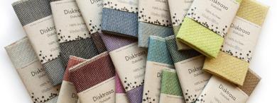 様々な色合いのディッシュタオル(お皿を拭くタオル)。リネンは、水分を吸収しやすく、他のどんな素材よりも乾きやすい特徴を持っています。