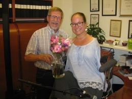 Ordförande Lennart Fritz tackade Lena Maria med blommor från egna trädgården