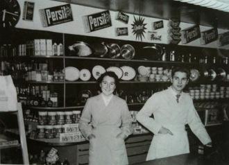 Interiör från mitten på 50-talet. Till vänster Ann-Britt Norman (Backlund) och Åke Fornström till höger.