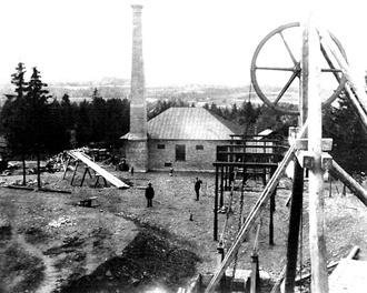 Cornelii maskinhus år 1895. Det byggdes 1889 och försågs med två Bolinders liggande kolvång-maskiner. Förutom uppfordring drev de också via en konstväxel den på bilden synliga konstgången, som ursprungligen drevs av ett vattenhjul vid Säterån.  Notera bugarna vid Cornelii schakt i bildens nederkant.