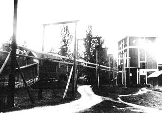 Konstgångens väg in i Vasaschaktets lave i början av 1920-talet. Ett vattenhjul vid Säterån stod för huvuddelen av kraften till länshållningen av gruvan ända fram till 1921.