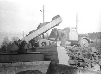 Vid malmkajen på Bispbergs järnvägsstation tippades malmprodukter från lastbil ner i järnvägs-vagnar.