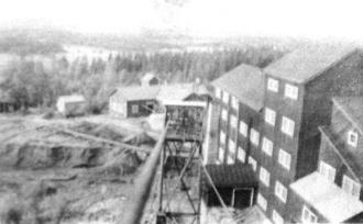 Utsikt från toppen av laven över Vasaschaktet ned mot spelhuset år 1951.  Till höger anriknings-verket.