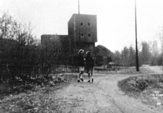 """Makadamverket vid Storgruvan i Bispberg, det s.k. """"Skansverket"""" 1952. Här krossades makadam av gråbergs-materialet från gruvdriften.  Verket låg mellan Vasaschaktet och järnvägsstationen."""