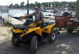 Jakob Welander på en av företagets fyrhjulingar