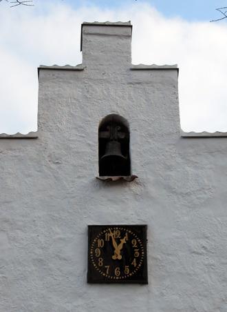 Kapellets västgavel med klocka skänkt av Krapperups ägare Christopher von Kochen och Lovisa Amaliavon Düben 1772