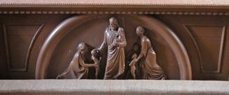 Knäfall med relief av Ferdinand Ring skänkt av Höganäsbolagets disponent Åke Nordenfeldt. Nu tyvärr bortplockat från kapellet