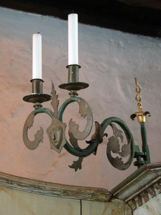Ljusarm från tidigt 1600-tal placerad på predikstolen