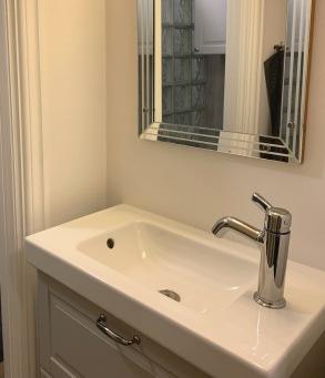Egen toalett/dusch i anslutning till sovrum på bottenvåning