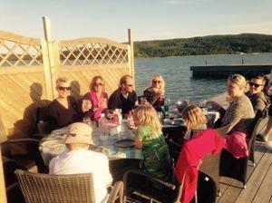 Middag på bryggan med bästa systrar med familjer