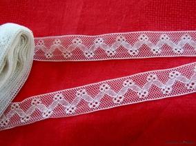 Utförsäljning! En skir vacker antik tyllspets.5 m lång 2 cm bred. - En antik, vacker tyllspets.