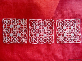 Tre små handknypplade fyrkanter - Tre små handknypplade fyrkanter.