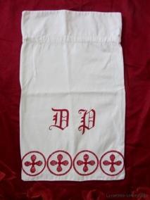 REA! En tvättpåse i bomull och broderad i rött. - En fint handbroderad tvättpåse.