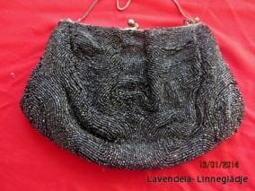 Erbjudande!  En fin och snygg aftonväska i svarta glänsande pärlor. - En fin aftonväska i glänsande pärlor.