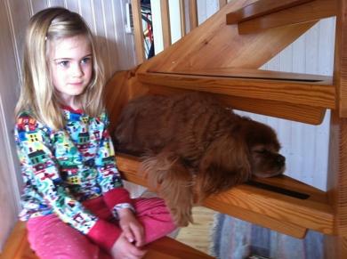 Tilde och Julia myser i trappan på landet.