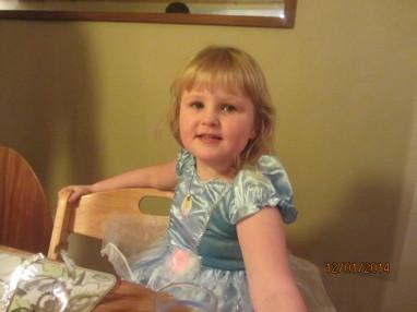 Fina Sophia i sin nya princessklänning hon fyller sex år i sommar.