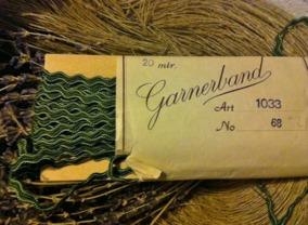 Sommarpris!  Ett äldre snyggt zick-zackband i grönt i orginalförpackning. - Sommarpris! Ett snyggt äldre band, 20 meter.