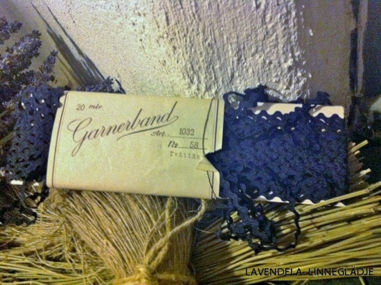 Marinblått zick-zackband.