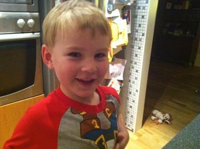 Vår fina Noah som är 4 år,  hjälper mamma  att skära grönsaker.