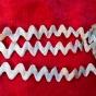 Ett vackert antikt zick-zackband med struktur, Nygammal! - Ett vackert antikt zick-zackband. 340 cm.