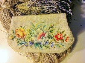 REA! En mycket vacker broderad aftonväska i petit point - En mycket vackert handbroderad aftonväska.