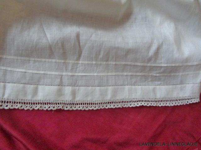 så här är underklänningen kantad