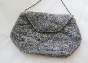 En vackert glänsande handbroderad väska!  - En vackert glänsande väska.