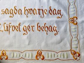 Rea! En antik,mycket vackert handbroderad Jugendbonad i linneväv! - Rea! Ett vackert hantverk från början av förra seklet!