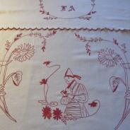 En vacker antik paradhandduk i rött och monogram, handvävd.