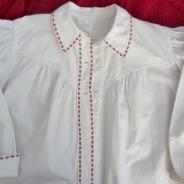 En ny fast gammal bomullsskjorta till folkdräkt.