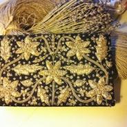 UTFÖRSÄLJNING! En mycket elegant handgjord aftonväska i broderade guldtrådar.
