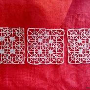 Tre små handknypplade fyrkanter