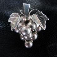 Ett vackert silverhänge, en druvklase!