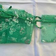 Tio stycken organzapåsar i grönt.