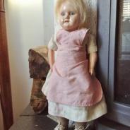 Se Upp! En fin antik liten docka i lekt skick!
