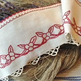 En bård i linne i rött och vitt. Riktigt hantverk! - REA!  En vacker bård i linne.