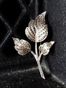 En skir brosch i silver med marasiter.  - Vackert gnistrande silverblad.