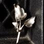 En skir brosch i silver med marasiter.