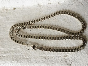 Ett snyggt silverhalsband med härlig tyngd i. - Ett snyggt halsband som väger 29 gram.
