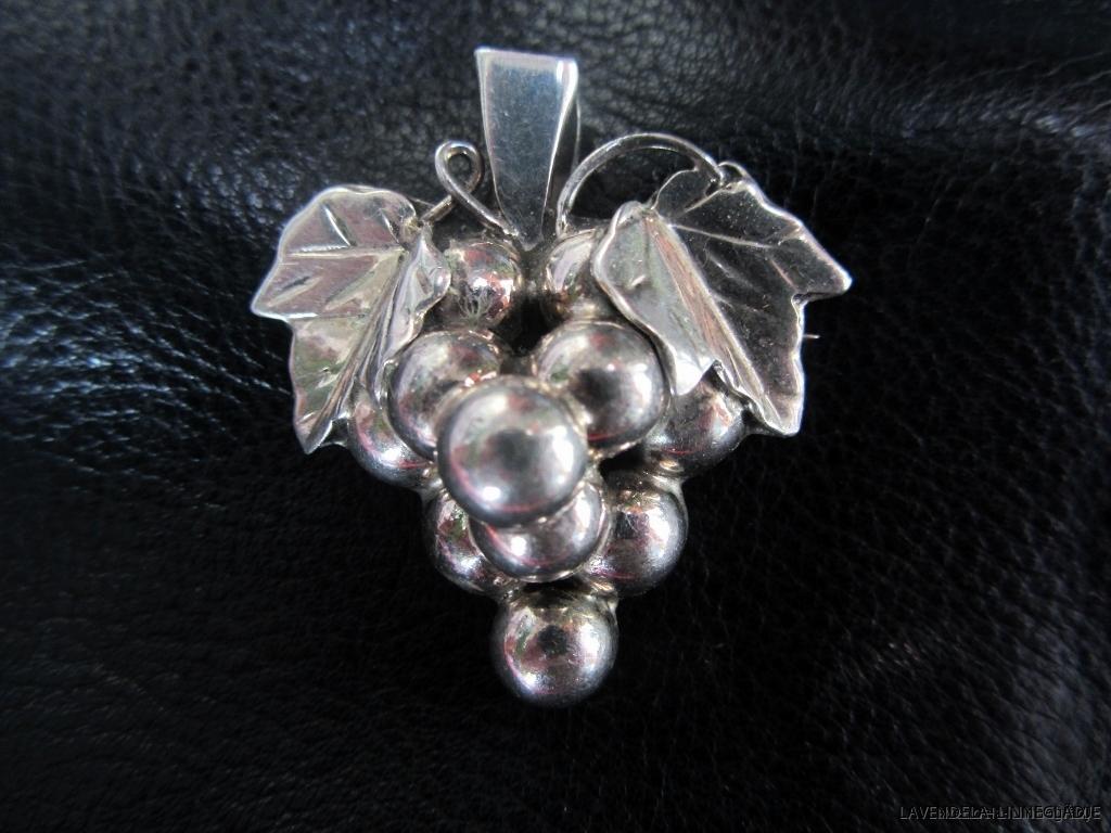 Ett vackert silverhänge, druvklasen, 15 gr.4.5 cm lång och 4 cm bred.silverstämplar