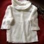 En äldre tröja till dockan i vitt.