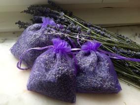 Tre lila organzapåsar fyllda med doftande lavendelblommor. - Tre lila organzapåsar, 12 x 9 cm.