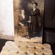 Antika pärlemorknappar på orginalkarta, 24 stycken. oanvända!